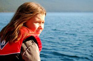 dekle na jezeru